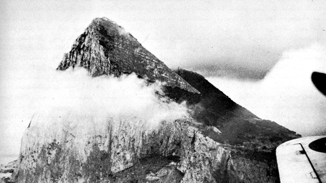 صورة جوية لجبل طارق تشمخ قمته على السحب