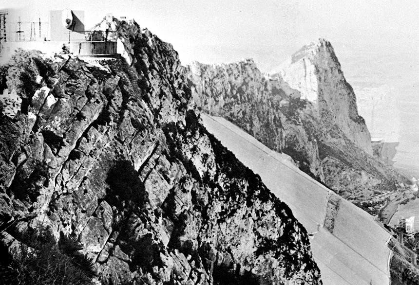 منظر لصخرة جبل طارق وهي تطل على إسبانيا من الشمال