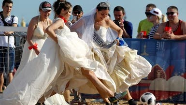 شاهد مباراة كرة قدم بين حسناوات روسيات بأثواب زفاف!