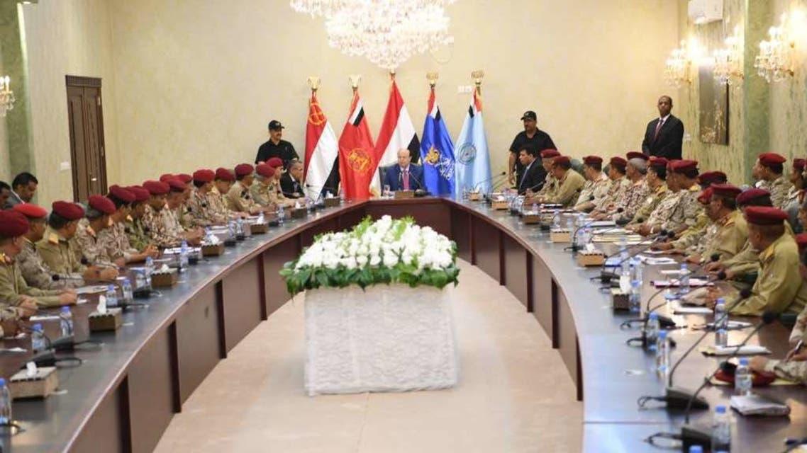 الرئيس اليمني اثناء اجتماعه بقادة المناطق العسكرية