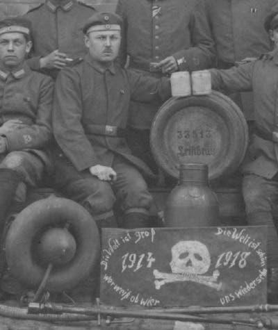 عدد من جنود الفرقة الألمانية المختصة في استخدام قاذفات اللهب
