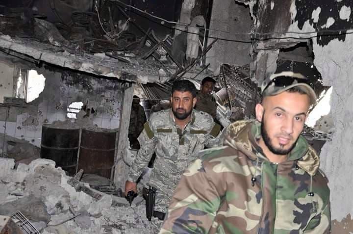 في خلفية الصورة المدعو أبو شهد قائد ميليشيات ذو الفقار في سوريا
