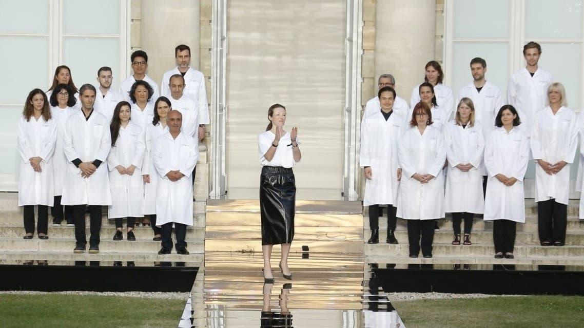 كيلر محاطة بفريق عملها تحيي الجمهور في نهاية العرض