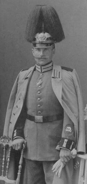 أحد جنود الكتيبة الألمانية المختصة في استخدام قاذفات اللهب حيث يظهر رمز الكتيبة على اليد اليسرى لمعطفه