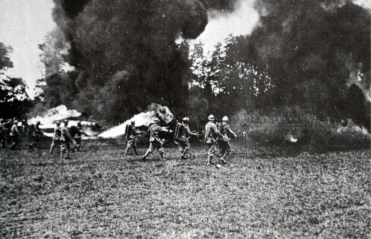 جنود إيطاليون خلال مهاجمتهم لمواقف نمساوية باستخدام قاذفات اللهب سنة 1918