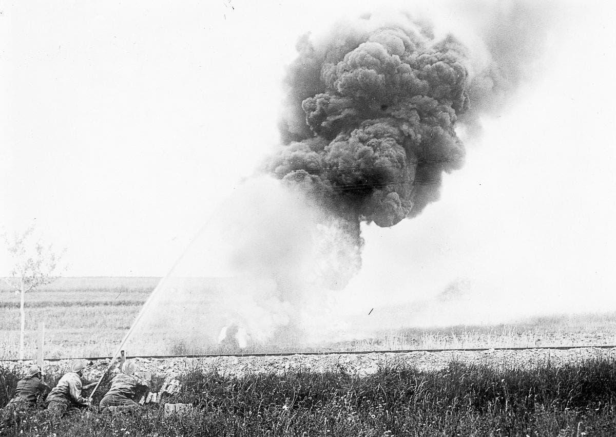 جنود فرنسيون أواخر عام 1915 خلال استخدامهم لقاذف اللهب ضد الألمان