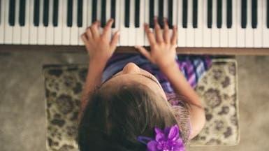هل تريدون تعزيز مهارات أبنائكم اللغوية؟ اقتنوا بيانو