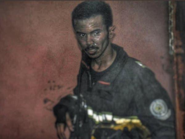 صورة مؤثرة لإطفائي سعودي تحدى النيران وأنقذ العائلة!