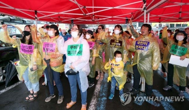 Koreans demonstrate against the influx of Yemeni refugees into Jeju Island. (Supplied)