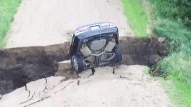 حفرة تبتلع سيارة.. شاهد ماذا حدث للمراهق الذي بداخلها