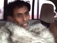 فيديو مؤثر..  سعوديان أنقذا تائهاً بصحراء الربع الخالي