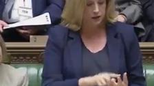 """برطانوی خاتون وزیر کا خطاب کے دوران """"اشاروں کی زبان"""" کا استعمال"""