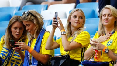 بالصور.. منافسة بين مشجعات إنجلترا والسويد في المدرجات