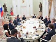 أوروبا تقاطعه.. رئيس الفيفا ونجوم الكرة في حضرة بوتين