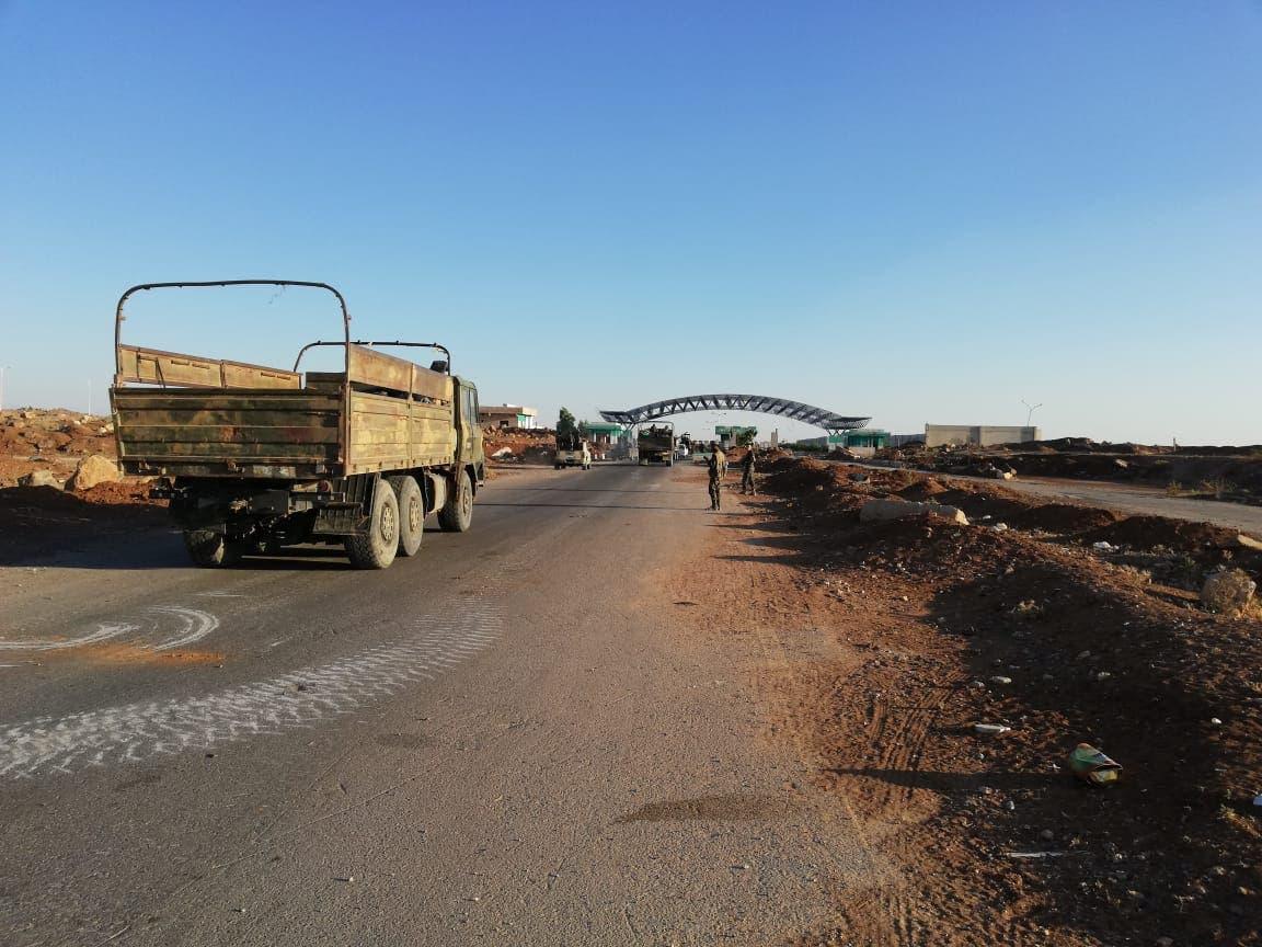 عناصر من قوات النظام السوري عند معبر نصيب الحدودي مع الأردن