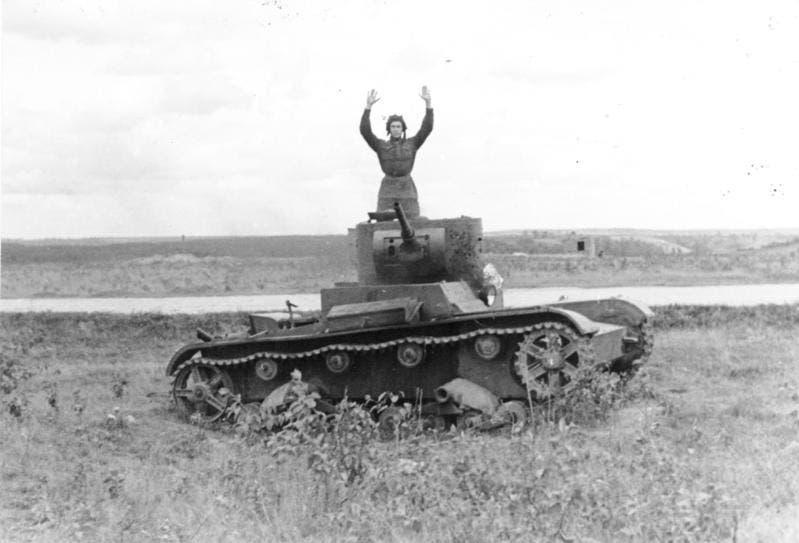 جندي سوفيتي يستسلم للألمان