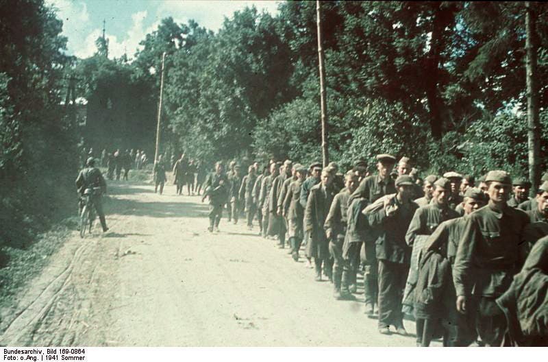 طوابير الأسرى السوفيت الذين وقعوا في قبضة الألمان