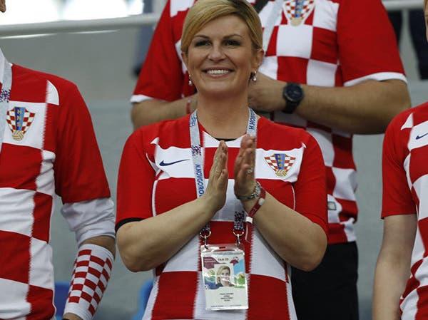 شاهد رئيسة كرواتيا ترقص مع اللاعبين بعد إقصاء روسيا