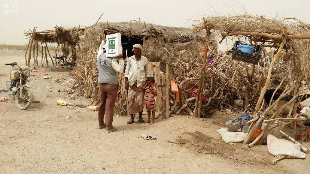 KSRelief members distrbute food. (SPA)