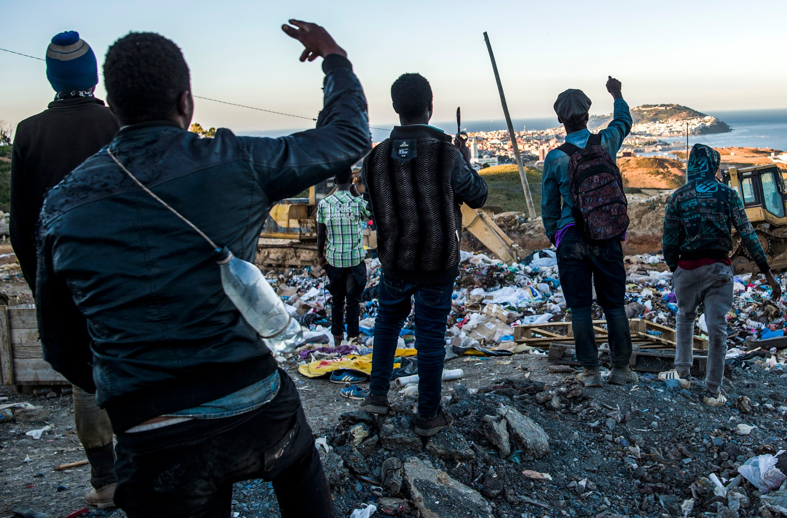 migrants looks for food in morroco garbage (AFP)