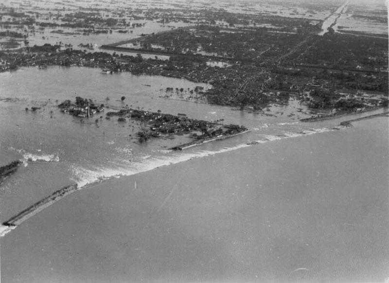 صورة لإحدى المدن الصينية التي غمرتها المياه خلال فيضان سنة 1931