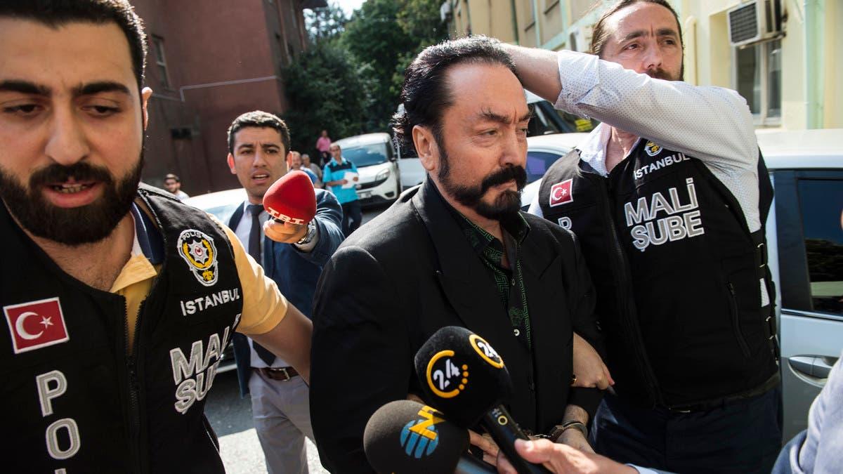 عدنان اکتار مشهور به هارون یحیی هنگام دستگیری توسط نیروهای امنیتی ترکیه