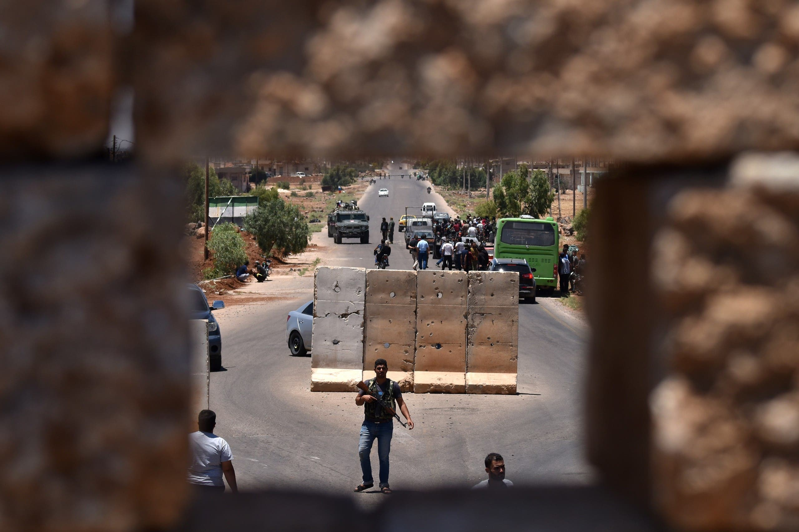 آلية روسية ونازحون جنوب سوريا