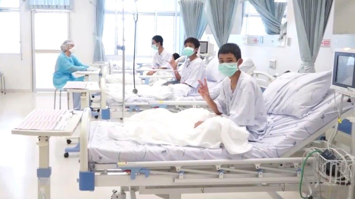 بعض من الفتية الذين تم إنقاذهم من الكهف في تايلاند في مستشفى ببلدة تشيانج راي الأربعاء