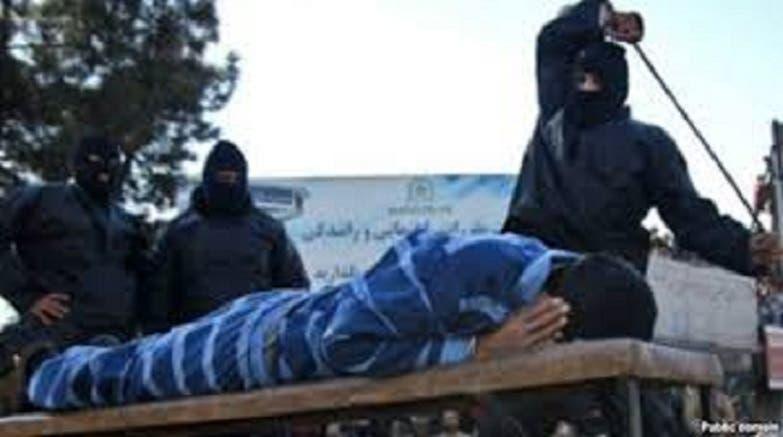 صورة نشرها موقع الصحافيين الشباب في إيران لجلد الرجل من دون أن يذكر أنه كان طفلاً حين احتسائه للجرعة