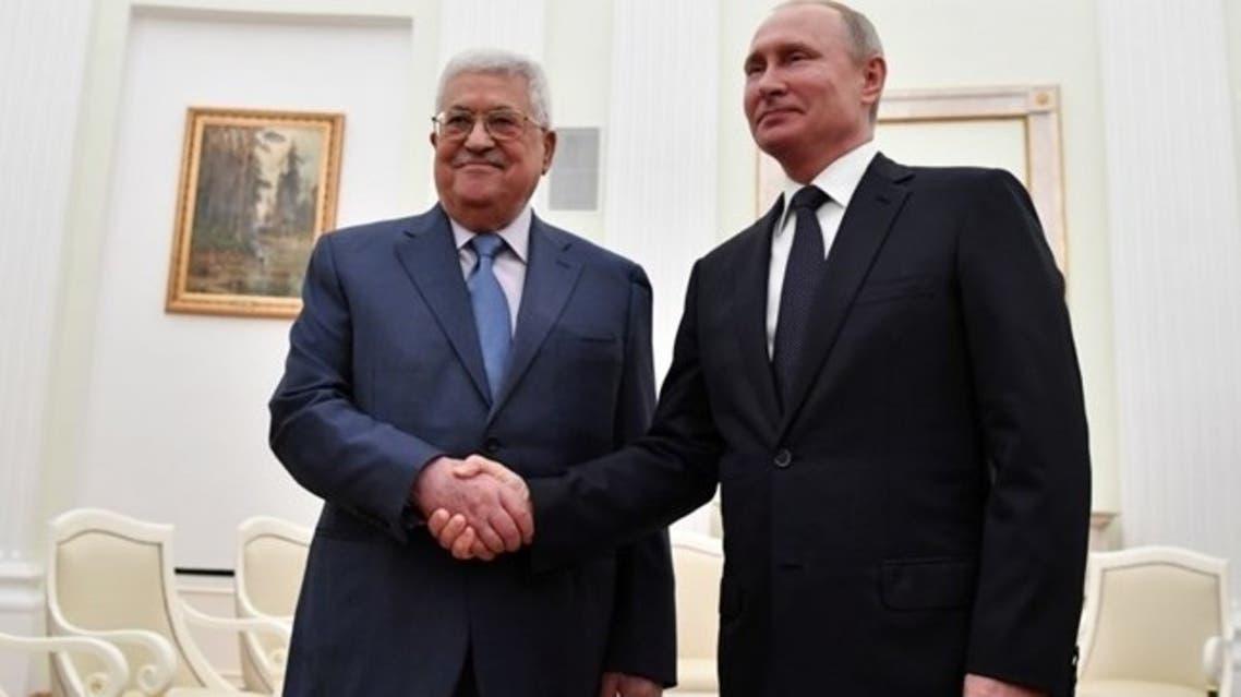 بوتين يصافح عباس في موسكو