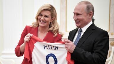 رئيسة كرواتيا تعطي بوتين قميص منتخب بلادها