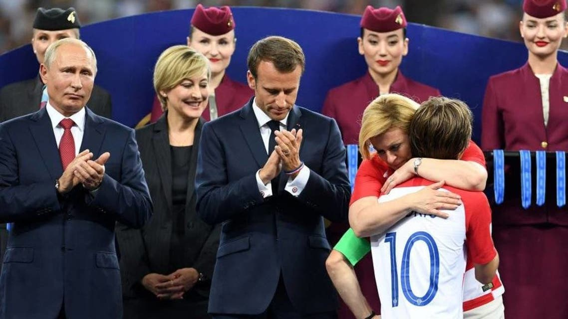 الرئيسية رئيسة كرواتيا تعانق اعضاء الفريق الكرواتي
