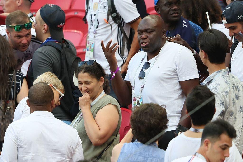 والدا كيليان في المدرجات خلال مباراة فرنسا والأرجنتين في دوري الثمانية لكأس العالم