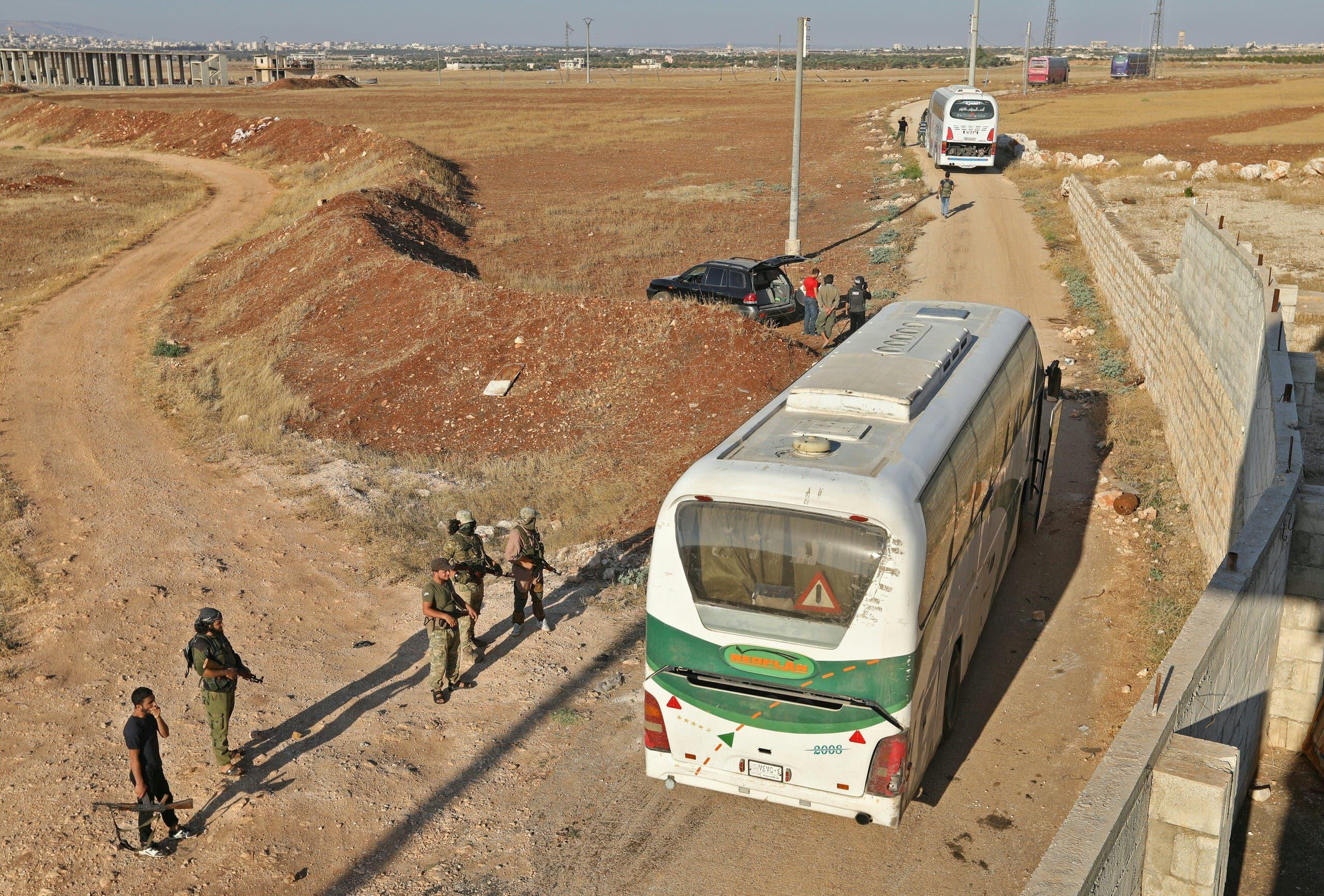 عناصر من هيئة تحرير الشام أثناء عملية الإجلاء