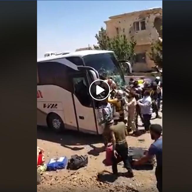 فيديو وحشي لباص يدهس معارضين سوريين عمداً