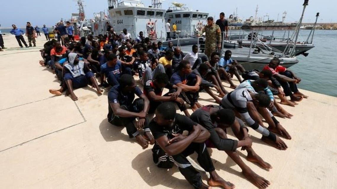 مهاجرون أنقذهم خفر السواحل الليبي