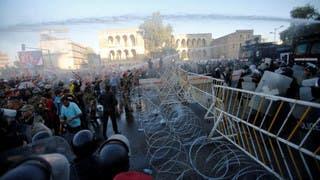قوات مكافحة الشغب العراقية تستخدم خراطيم المياه لتفريق المحتجين في مظاهرة بالعاصمة بغداد الجمعة