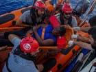 صور لمهاجرة تركها خفر سواحل ليبيا على قارب ممزق بالبحر