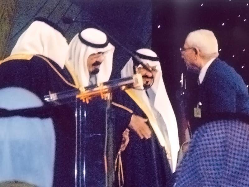 الملك الراحل عبد الله بن عبد العزيز آل سعود مصافحاً الناصري لحظة تسليمه جائزته