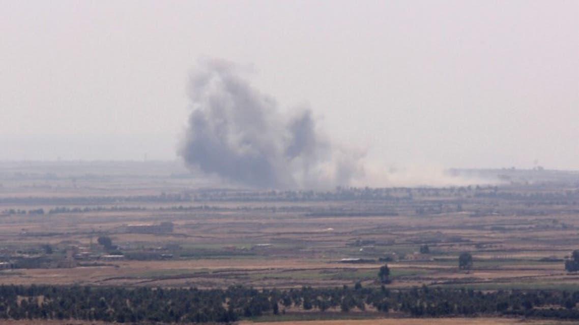 ضربات إسرائيلية تصاعد الدخان من منطقة حوض اليرموك على الحدود السورية بين الأردن وهضبة الجولان