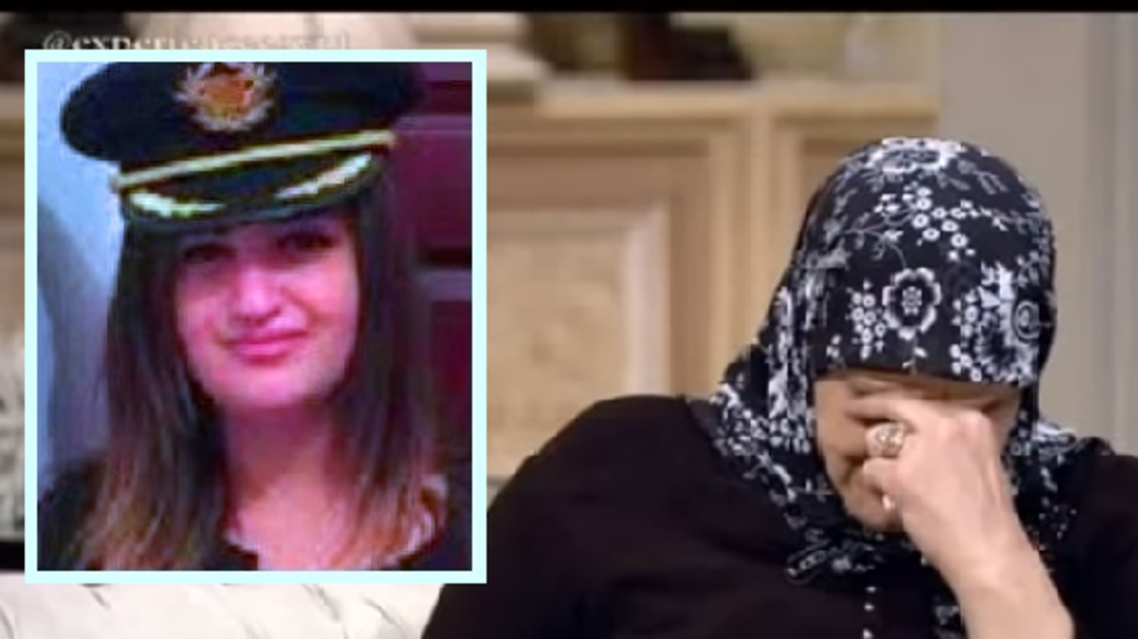 الأم تبكي على شاشة التلفزيون الأحد، وفي الإطار ابنتها