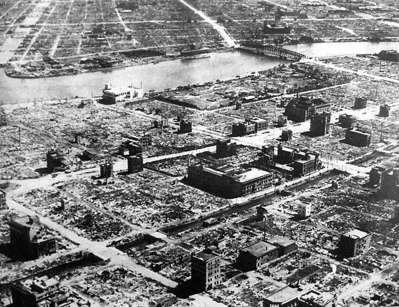 صورة تبين حجم الدمار الذي خلفه القصف الأميركي بالقنابل الحارقة على طوكيو