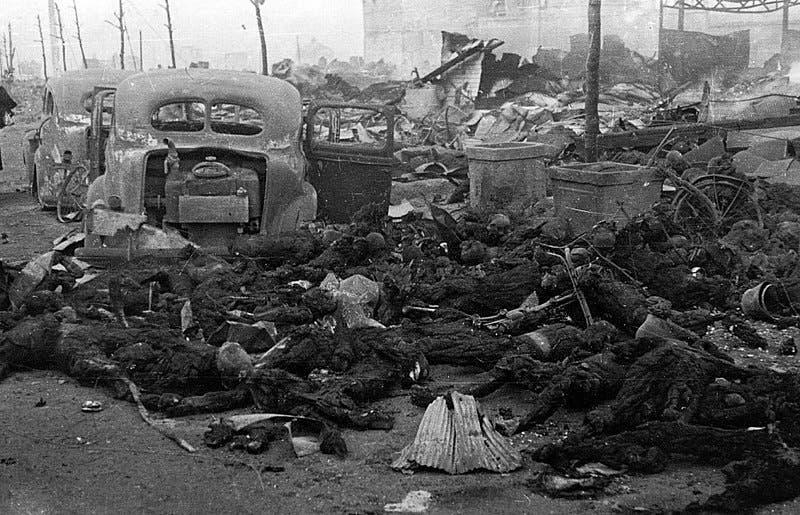 عدد من جثث اليابانيين المتفحمة عقب عملية القصف على طوكيو والتي أودت بحياة ما يزيد عن 100 ألف شخص