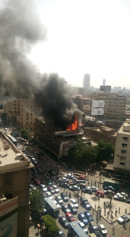 النيران مشتعلة في مبنى نقابة التجاريين بوسط العاصمة المصرية