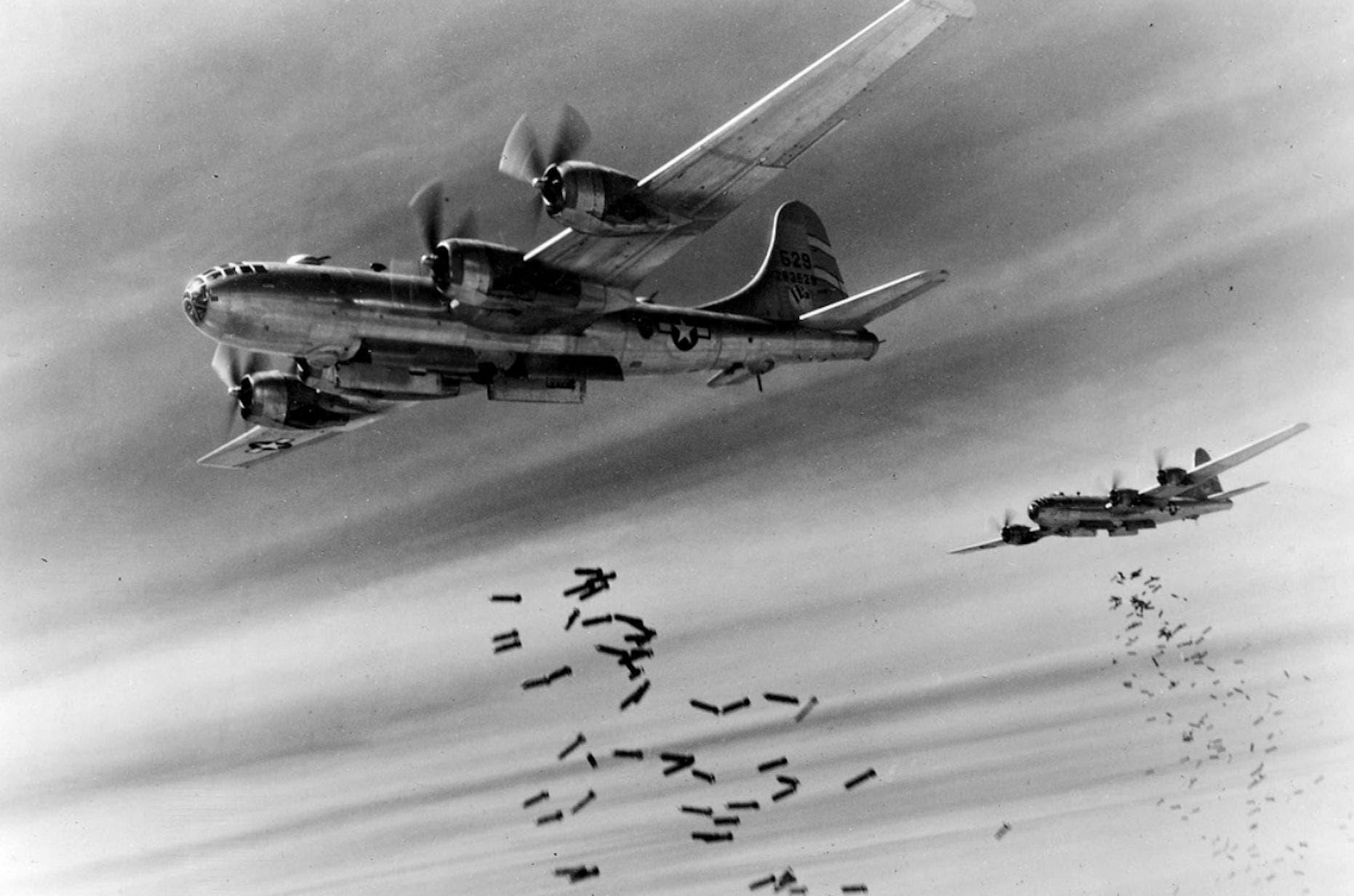 صورة لعدد من قاذفات القنابل الأميركية بي - 29 سوبر فورتريس خلال قصفها للمواقع اليابانية ببورما أثناء الحرب العالمية الثانية