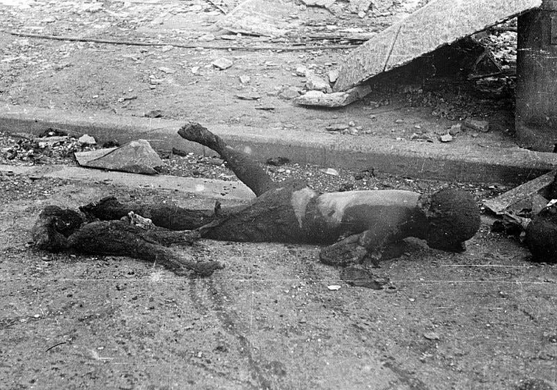 صورة لجثتي أم وطفلها متفحمتين عقب القصف الأميركي