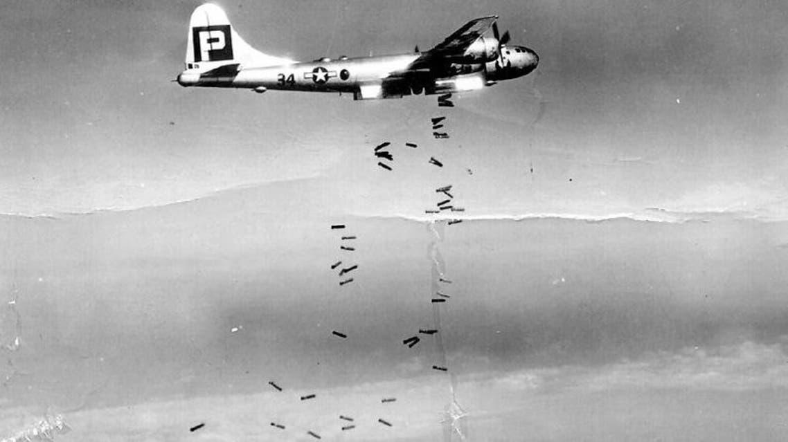 صورة لإحدى الطائرات الأمريكية من نوع بي - 29 سوبر فورتريس خلال عملية قصف المدن اليابانية
