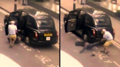 انظر إلى سائق التاكسي في لندن وهو ينتشل الراكب ويسحله