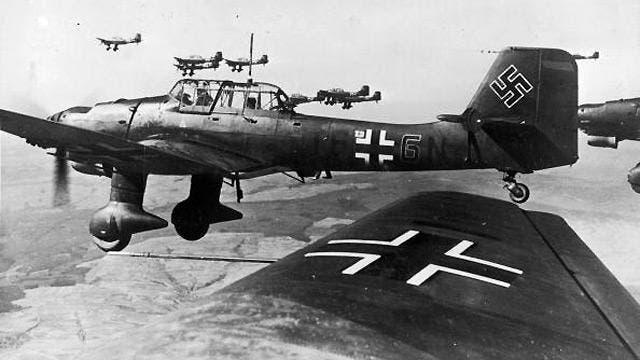 صورة لطائرات ألمانية من نوع ستوكا خلال تحليقها فوق الأراضي البريطانية