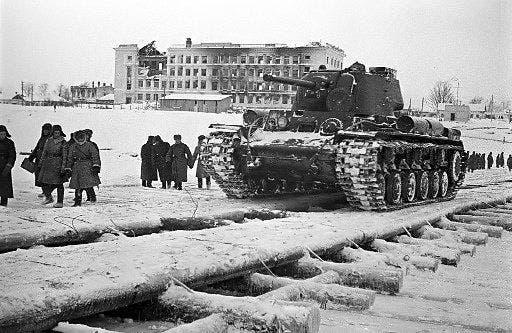 صورة للقوات السوفيتية خلال الهجوم المضاد قرب موسكو